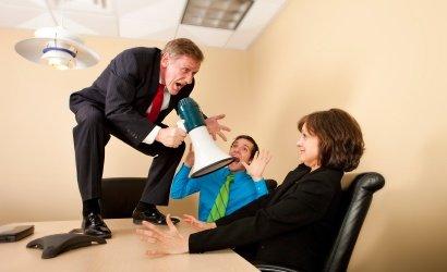 un patron fou qui crie à son employé